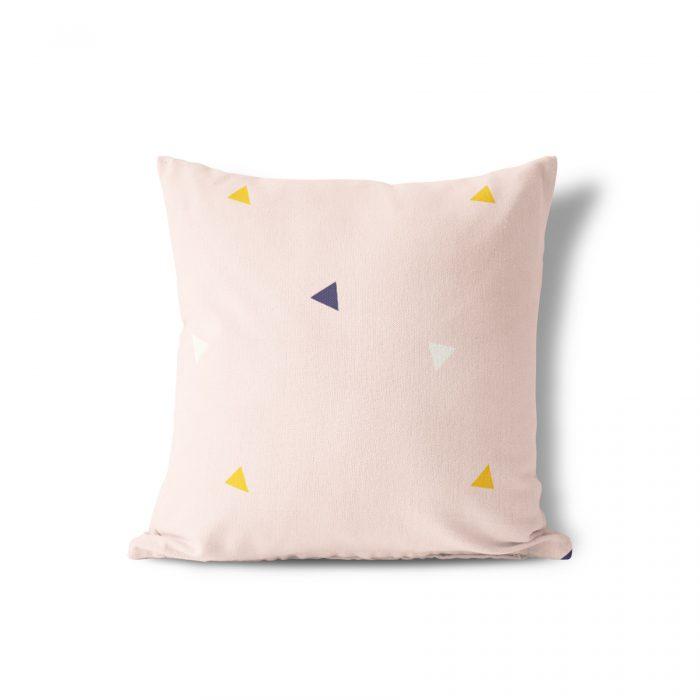 Sierkussen roze driehoek Fin & Stip